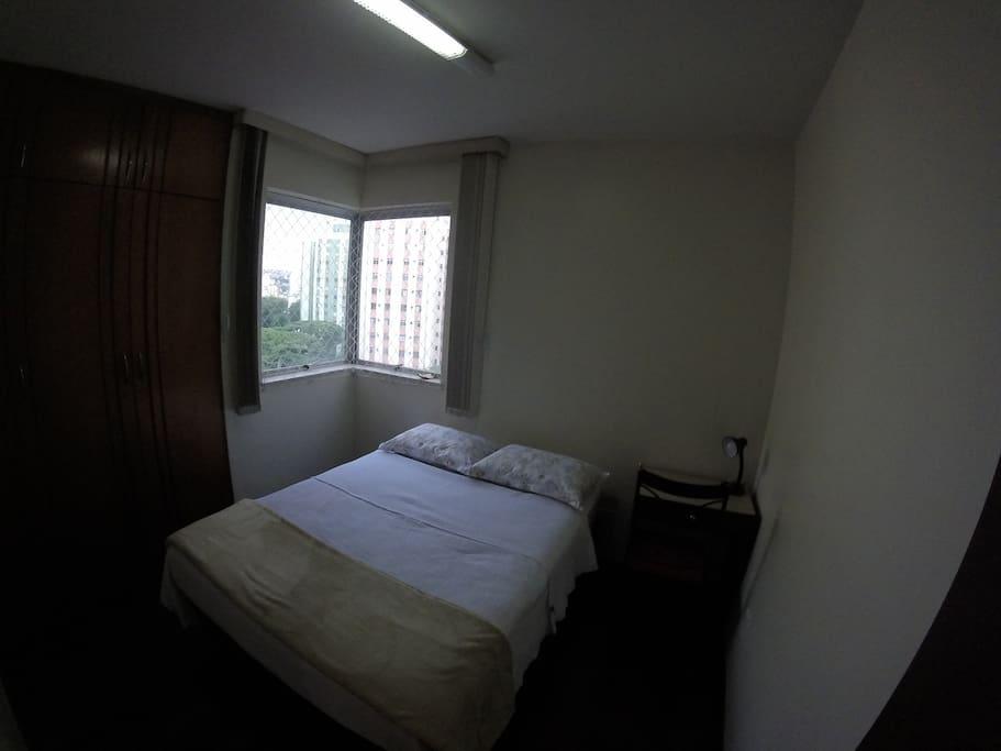 Cama de casal, abajur, armário e mesa com cadeira disponíveis