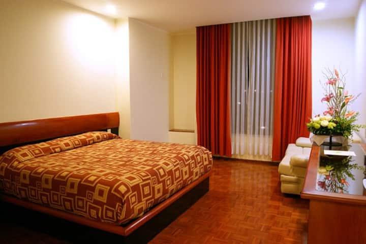 Habitación con una cama king size
