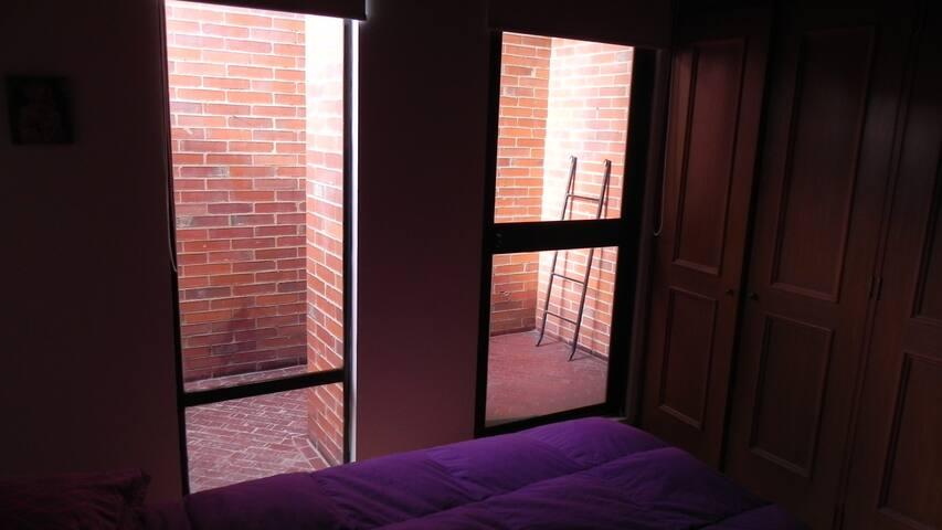 La habitación cuenta con un balcón exterior