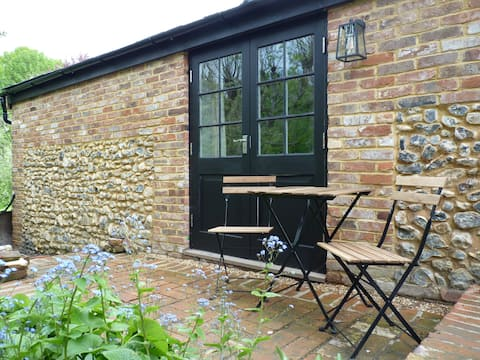 Self-contained studio: great walks, cycles & pubs.