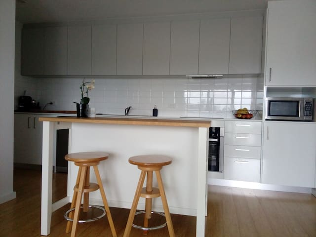 Light and spacious apartment 3KM from CBD - West Leederville - Flat