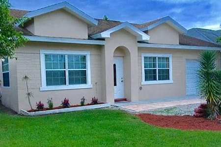3 Blocks from Beach - Newly Remodeled 4 Bedrooms - Nápoles