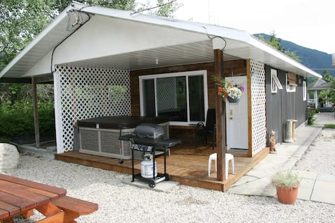 Nakusp Cottage N Bale (Pets welcome)