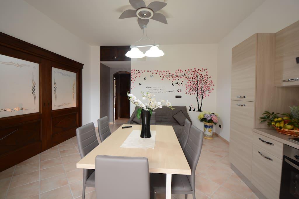 Salone-cucina per 6 persone con porta a scomparsa per l'accesso alla camera da letto