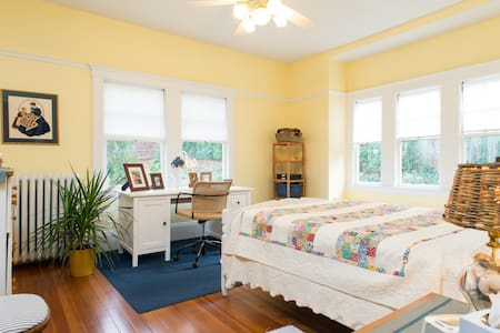 Double in Arts & Crafts Bungalow - Boston - Huis