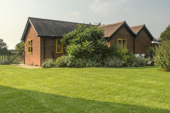 Rhus Cottage near Thame, quiet break for 2 - Sydenham - Bungalo