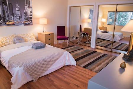 A. NYC Room - Lrg Master w/Private Bath, SKYTRAIN - Ванкувер - Дом