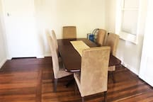 6 Seater dining table (extendable)