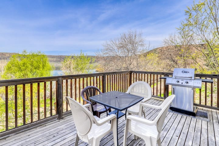 Villa on Banks Lake w/ private patio & shared dock/resort amenities!