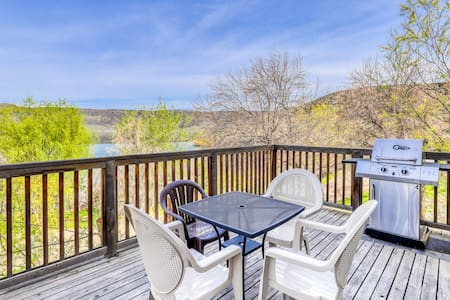 Villa on Banks Lake w/ private patio & shared dock/resort amenities!