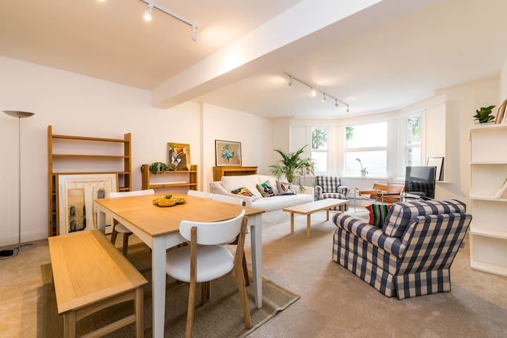 Spacious 2 bed Garden Flat by the Thames+parking