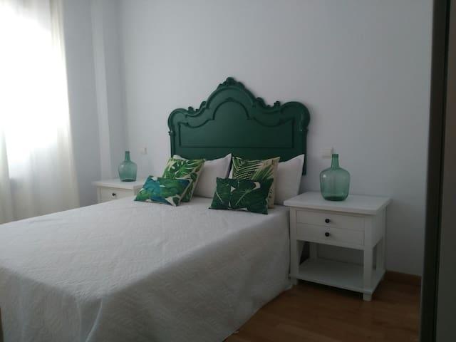 Dormitorio principal, cama 150cm por 200cm.