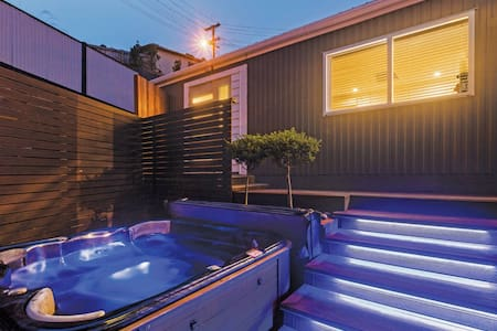 Modern Studio With Outdoor Heated Spa - St Clair