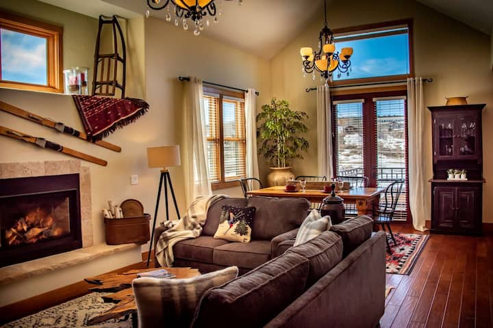 Stairway to Haven! Riverfront Luxury Downtown Condo, Walk to Everything! Sleeps 8