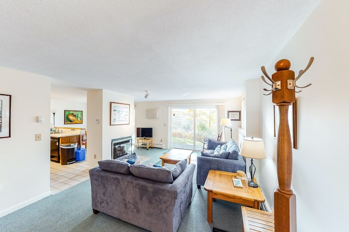 Walkable condo w/ deck, fireplace & shared pool/hot tub - near town & skiing!