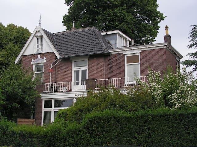 Slaapkamertje in oude villa voor Single - Driebergen-Rijsenburg - วิลล่า