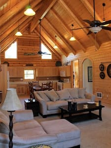 Quiet hilltop cabin close to town!