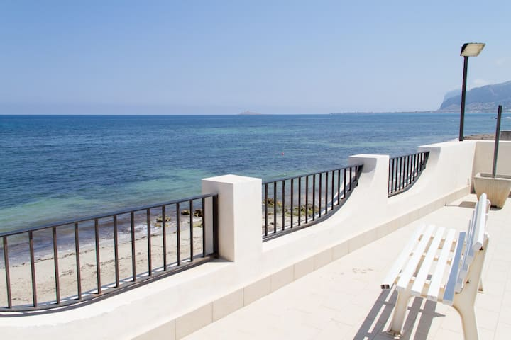 TWO BEDROOM FLAT ON THE BEACH - Carini - Daire