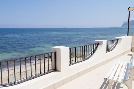 TWO BEDROOM FLAT ON THE BEACH - Carini - Apartemen
