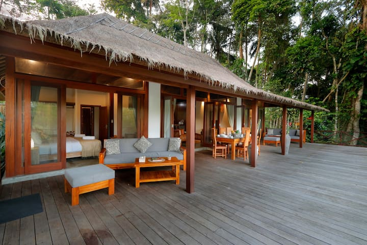 Secluded Wooden Villa, 3 BR, Ubud w/ staff