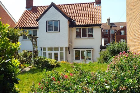 White Cottage  300m from beach - Cromer