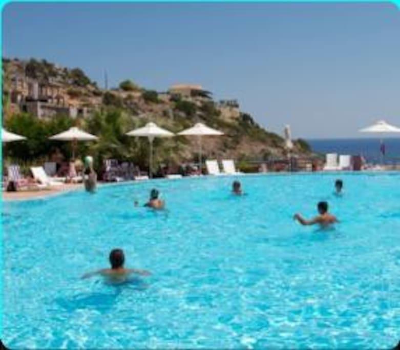 Heerlijk zwembad met massage stralen en kinderbad
