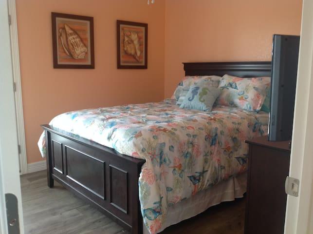 Master Bedroom w/queen bed w/door to back deck