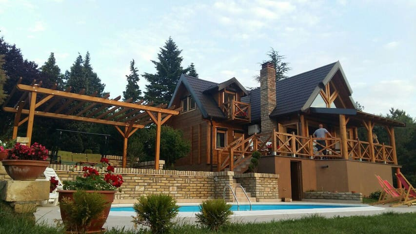 Cozy cottage with an amazing view - Sremski Karlovci - Houten huisje