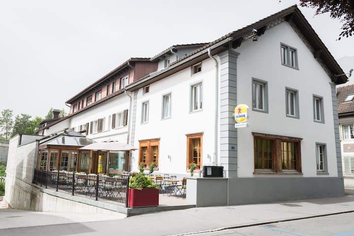 Hotel Hirschen, Maienfeld - Maienfeld - Bed & Breakfast