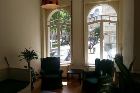 By the centre: Elegant bedroom + breakfast - Saint-Gilles - Departamento