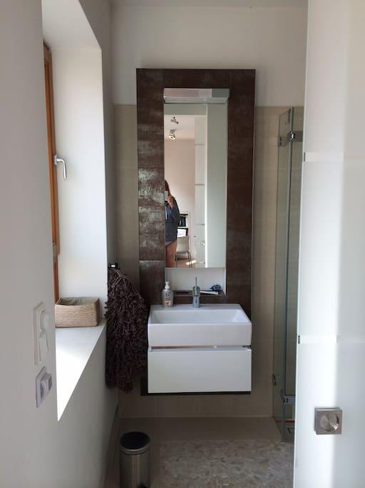 Blick durch die Badezimmertür