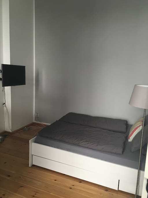 1. Etage: Das Zimmer mit großem Bett