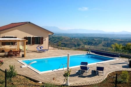 Modern villa, with heated pool. - Colle Petitto