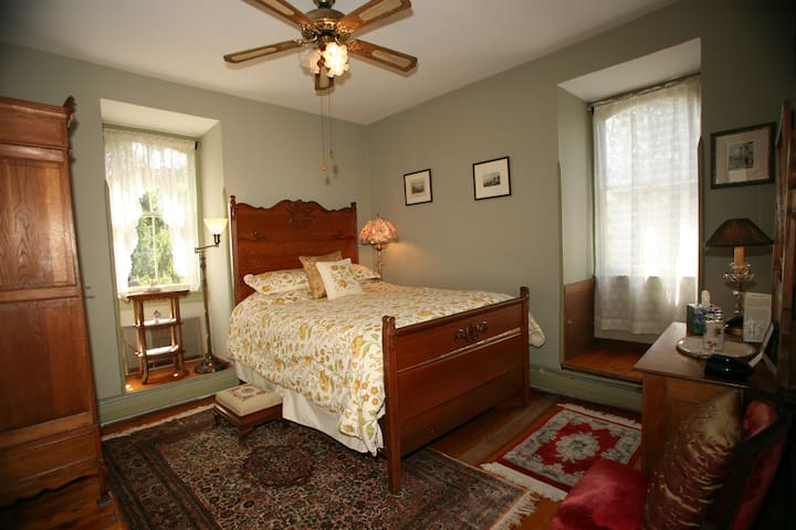 Patrice's Parlor (queen size bed/private bath)