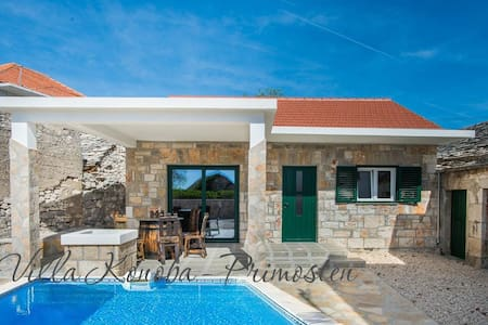 OLD AUTENTIC CROATIAN HOUSE WITH POOL IN PRIMOSTEN