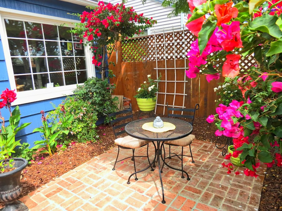 Pacific Beach House - Tropical Beach Oasis: Front Yard Breakfast Nook