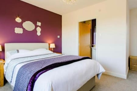 Double room & en suite, private lounge, small gym