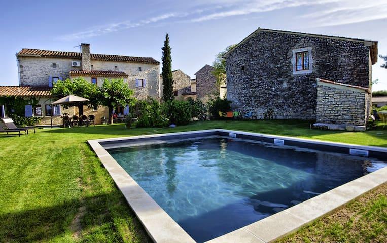 Magnifique mas avec piscine privée et son terrain - Saint-Privat-de-Champclos