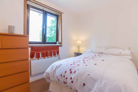 Private room, great transport links, free parking