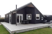 Huset er på 65 m2 med flere terrasser