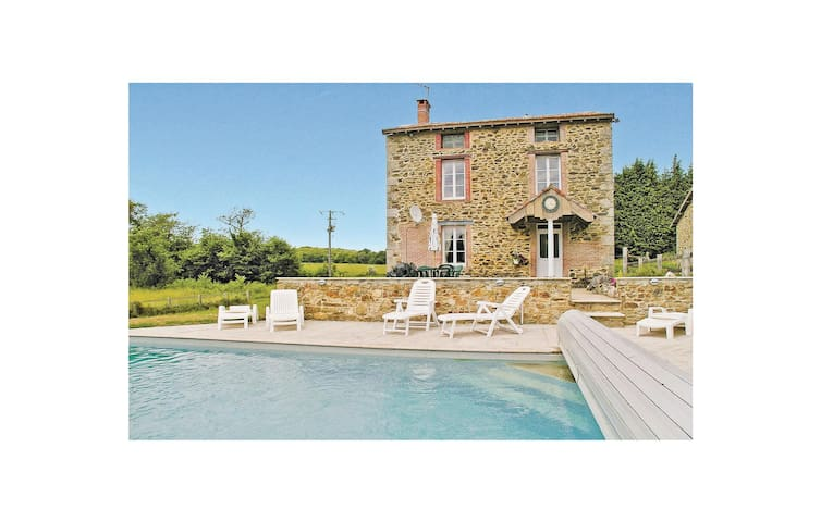 Holiday cottage with 3 bedrooms on 75m² in St. Leonard de Noblat