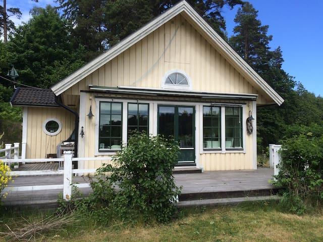 Charmigt skärgårdshus på Djurö. - Djurhamn - House