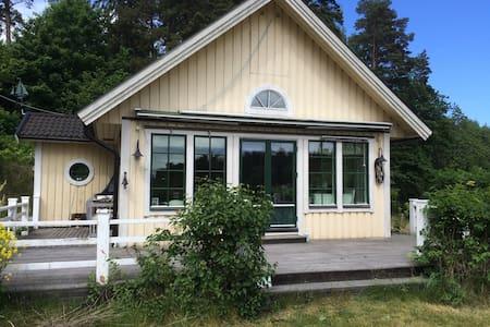 Charmigt skärgårdshus på Djurö. - Djurhamn