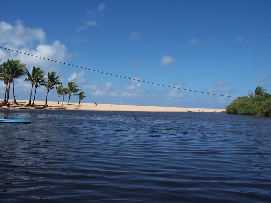 Passeio de jangada, chegando na foz do rio Imbassaí......