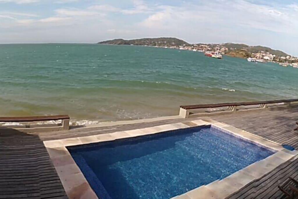 piscina de frente ao mar