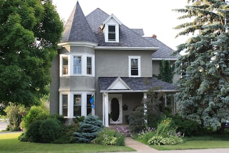 Historic Queen Anne home with Pool - Port Colborne