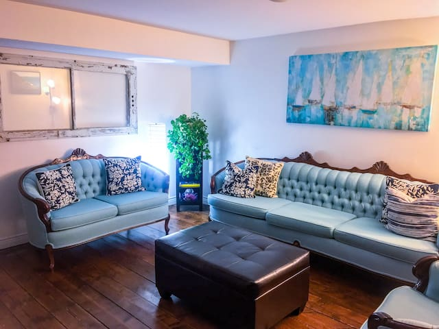 Warm & Welcoming Downtown Apartment
