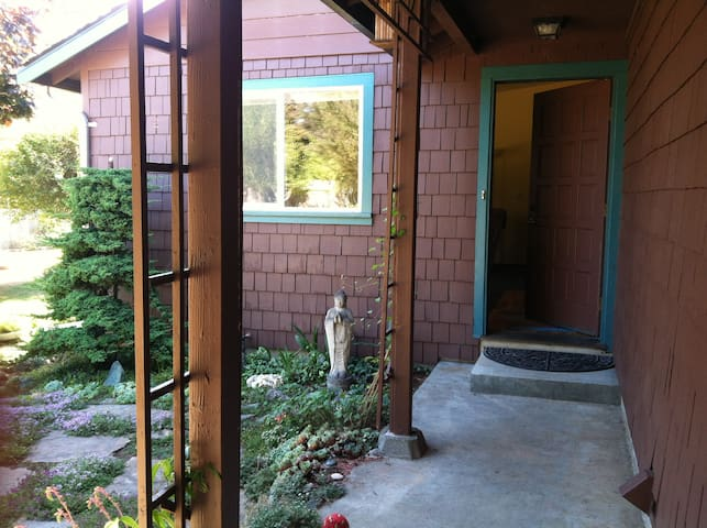 Cozy room near the ocean! - McKinleyville - Casa