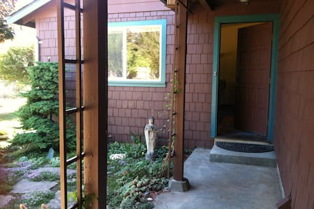 Cozy room near the ocean! - McKinleyville - Ház