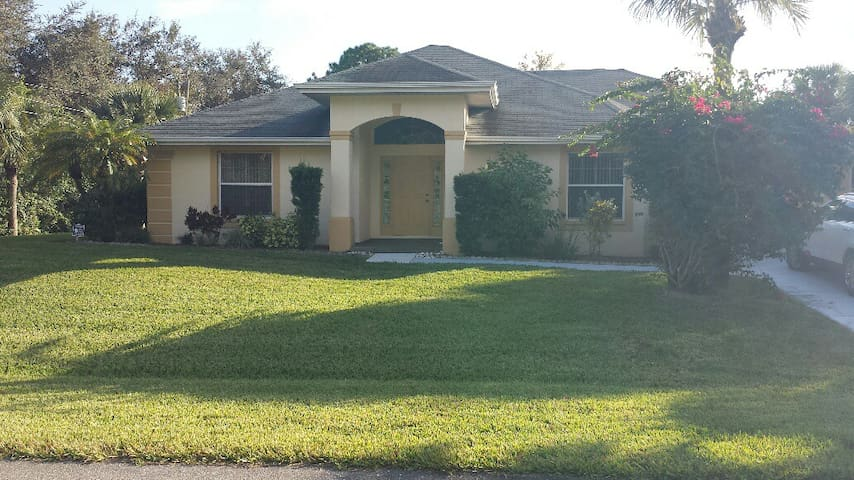 Nicely Furnished Home with a Great Pool Area - Lehigh Acres - Casa